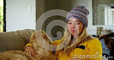 Livro de leitura da mulher com seu cão no sofá 4k vídeos de arquivo