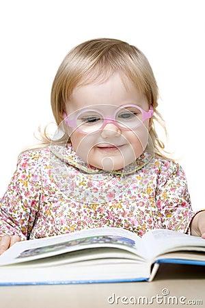 Livro de leitura de sorriso da menina