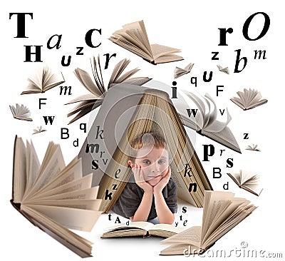 Livro de leitura do menino de escola com letras