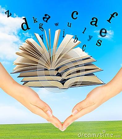 Livro mágico e as letras sobre as mãos