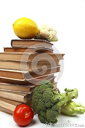 Livros de receitas velhos com diversos vegetais