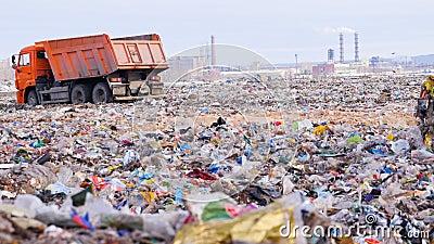 LKWs an einer enormen Müllgrube stock footage