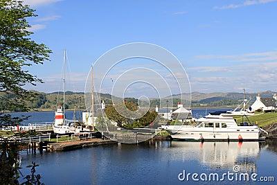 Llighthouse、小船和运河盆地Crinan运河