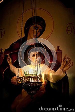 Lámpara que quema antes del icono de nuestra señora