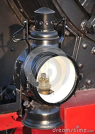 Lámpara vieja en una locomotora de vapor