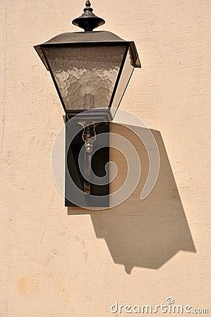 Lámpara y sombra en la pared