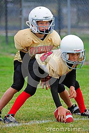 Línea de la refriega del fútbol americano de la juventud Fotografía editorial