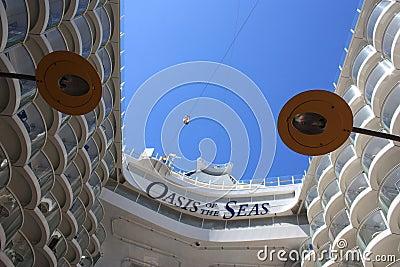 Línea del cierre relámpago a bordo el oasis de los mares Fotografía editorial
