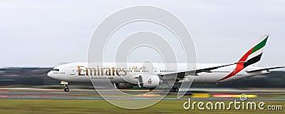 Líneas aéreas Boeing 777 de los emiratos en el movimiento Fotografía editorial