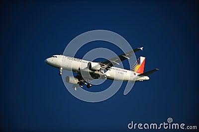 Líneas aéreas filipinas A320-214 en final Imagen de archivo editorial