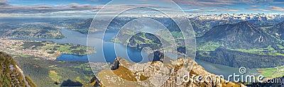 Lång bergpanorama för lake
