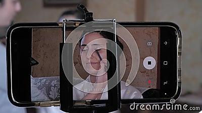 Lo smartphone registra quando Bride si trucca prima del matrimonio archivi video