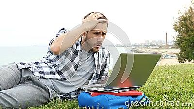 Lo studente commette un errore utilizzando un portatile video d archivio