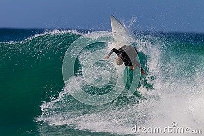 Local verticale praticante il surfing di azione dell onda Fotografia Stock Editoriale