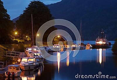 Loch Ness över solnedgång