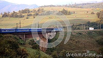 Locomotive électrique avec le train de voyageurs banque de vidéos