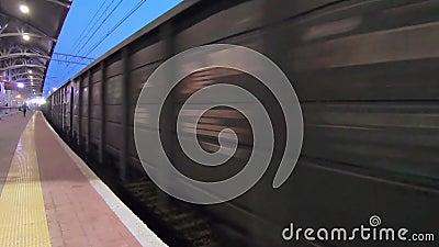 Locomotora con vagones de carga en la estación de Podolsk almacen de metraje de vídeo