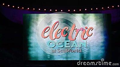 Logo di Colorful Electric Ocan sullo schermo di Seaworld stock footage