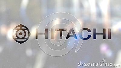 Logotipo de Hitachi sobre un vidrio contra la muchedumbre borrosa en el steet Representación editorial 3D almacen de video