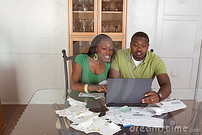 Lohnlisten der jungen ethnischen Paare über Internet