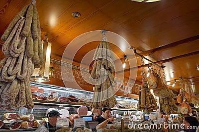 Lokale delicatessen binnen in kleine winkel Redactionele Foto