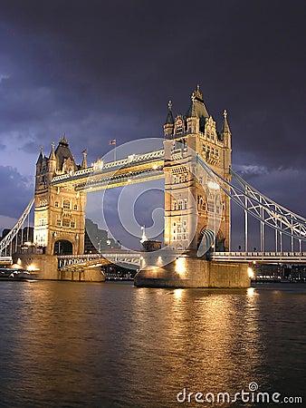 London-Kontrollturm-Brücke bis zum Nacht
