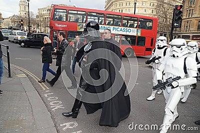 Darth Vader Londons Trafalgar kvadrerar den områdes14th mars 2013 Redaktionell Foto