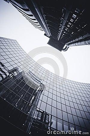 LONDON - SEPTEMBER 21: Den reflekterade Lloyds byggnaden Redaktionell Bild