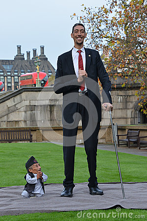 Free London: World S Tallest Man And Shortest Man Meet On Guinness World Record Stock Image - 47302941