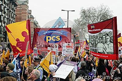 LONDRA - 26 MARZO: I protestatori marciano contro dispendio pubblico taglia dentro un raduno -- Marzo per l alternativa -- organiz Immagine Stock Editoriale