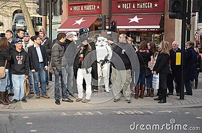 Darth Vader y Stormtroopers hacia fuera y alrededor en Londons Trafalgar Foto editorial
