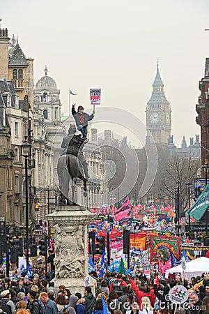 LONDRES - 26 DE MARZO: Los manifestantes marchan abajo de Whitehall contra gasto público cortan adentro una reunión -- Marzo para Imagen de archivo editorial