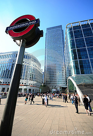Londres au fond, quai jaune canari Image éditorial