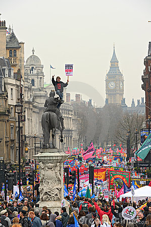 LONDRES - MARÇO 26: Os protestadores marcham abaixo de Whitehall de encontro às despesas públicas cortam dentro uma reunião -- Mar Imagem de Stock Editorial