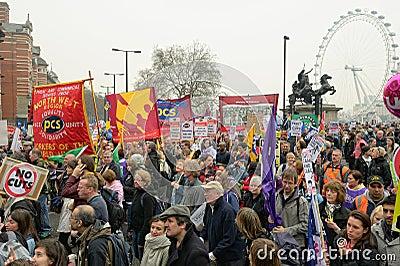 LONDRES - MARÇO 26: Os protestadores marcham de encontro às despesas públicas cortam dentro uma reunião -- Março para a alternativ Fotografia Editorial