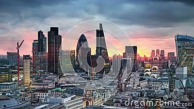 Londres, puesta del sol Ciudad del negocio de la opinión de Londres y de la aria de las actividades bancarias