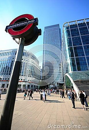 Londres subterráneo, embarcadero amarillo Imagen editorial