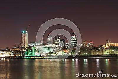 Londyńska Miasta Thames banka linia horyzontu przy noc