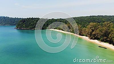 Long Beach sur l'?le de Koh Rong au Cambodge, Asie du Sud-Est vue supérieure, vue aérienne de belle île tropicale banque de vidéos