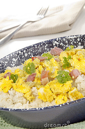Long-grain rice with scrambled eggs