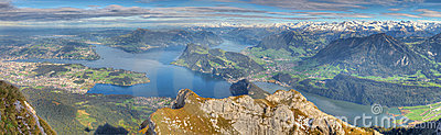 Long panorama de montagne de lac