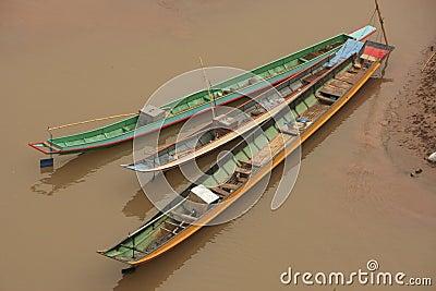 Longs bateaux sur un fleuve, laos nordique, asie du sud-est