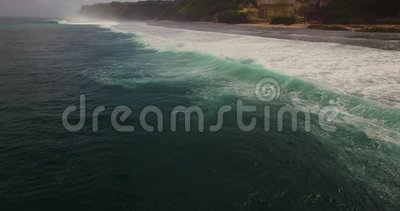 Longueur aérienne du bourdon 4k des ressacs se cassant avant le rivage Bali, Indonésie clips vidéos