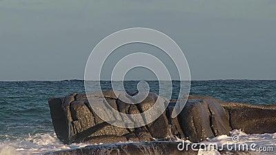 Longueur intéressante de mouvement avec de grandes vagues d'un côtier espagnol banque de vidéos
