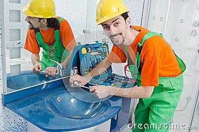 Loodgieter die in badkamers werkt