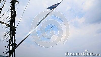 Loodsen van militaire Luchtmacht die grote luchtprestaties over water tonen, opeenvolging stock video