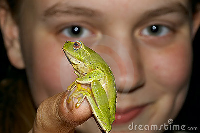 Look at this girl with frog