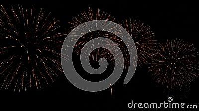 4.000 loop naadloos het echte gouden vuurwerkfestival in het sky display tijdens de nationale feestdag , nieuwjaarsfeest stock footage