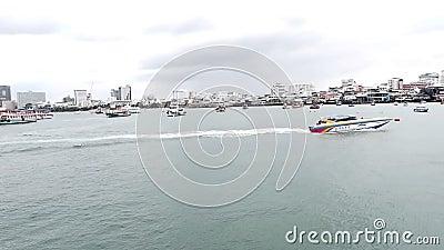 Lopende motorboot op het strand van Pattaya in Thailand video stock video