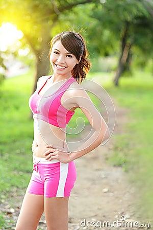 Lopende vrouw in park